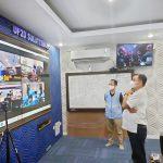 >> GM PLN Suluttenggo, Leo Basuki (kemeja putih) dalam kunjungannya di UnitPelaksana Pengatur Distribusi.