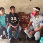 >> Petugas Jasa Raharja bersama ahli waris korban lakalantas.