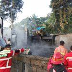 >> Petugas Damkar berhasil memadamkan Api di lokasi kebakaran.