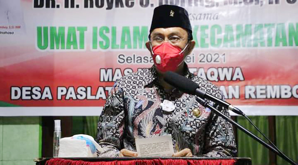>> Bupati Minahasa, Royke Roring dalam safari Ramadan di Masjid Ad Taqw, Desa Paslaten.