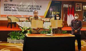 >> Rektor Unima dan Sekjed Kemendes PDTT menunjukan dokumen MoU.