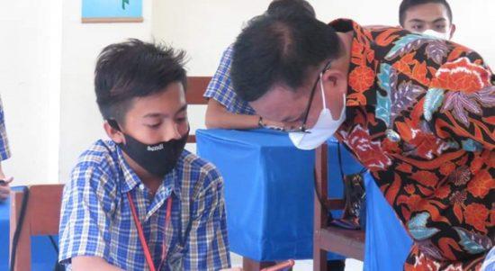 >> Walikota Bitung Maurits Mantiri berdiskusi dengan salah satu pelajar peserta ujian sekolah berbasis digital.(ist)