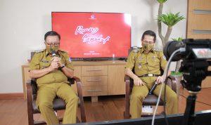 >> Walikota dan Wakil Walikota Bitung, Maurits Mantiri dan Hengky Honandar, menyapa warga secara live via Zoom Meeting dan akun fanpage Facebook untuk mendengarkan keluhan mereka.(ist)