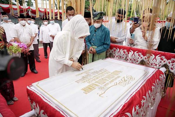 >> Walikota saat menandatangani prasasti peresmian MABM Kotamobagu.