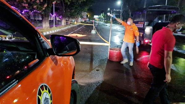 >> Polisi mendatangi lokasi jatuhnya korban pembunuhan di ruas jalan depan Kantor Walikota Bitung. Tampak dalam foto lokasi itu sudah diberi garis polisi tapi jasad korban masih tergeletak di jalanan.(ist)