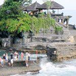 >> Tanah Lot merupakan salah satu lokasi wisata yang banyak dikunjungi wisatawan di Bali.