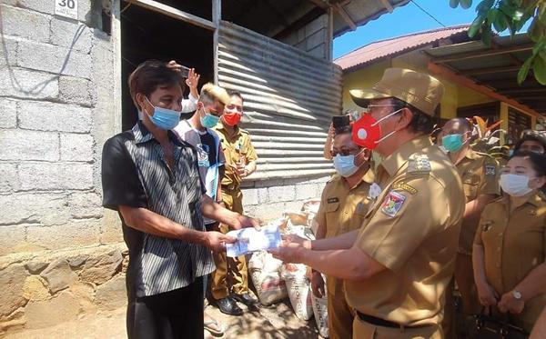 >> Penyerahan bantuan duka bagi keluarga pembunuhan di Koha.