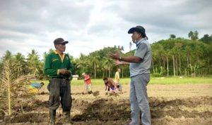 >> Bupati Drs Hi Depri Pontoh ketika memberikan motivasi kepada para petani di Kabupaten Bolmut.