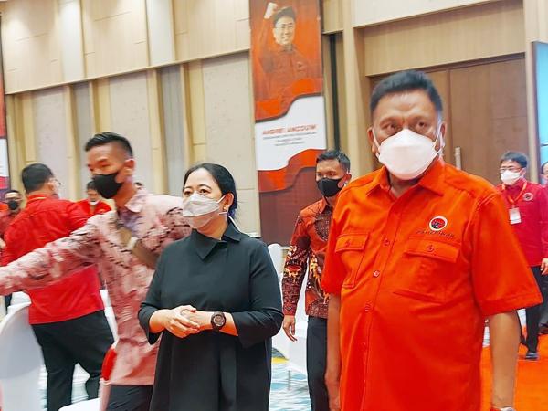 >> Puan Maharani dan Olly Dondokambey saat memasuki ruang pertemuan bersama pengurus PDIP se Sulut.