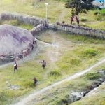 >> Sejumlah KKB berlindung di sekitar honai saat kontak tembak dengan TNI-Polri di Ilaga, Papua.(ist)