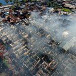 >> Asap mengepul dari kawasan pemukiman di kompleks Pasar Tua yang dilanda kebakaran hebat, pada Rabu (23/06).