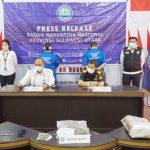 >> Kedua tersangka dan barang bukti dihadirkan dalam konferensi pers di Kantor BNNP Sulut, Senin (12/7.