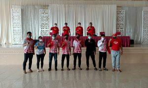 >> Atlet dan Pelatih Cabor Pencak Silat berpose bersama jajaran pimpinan KONI Sulut.