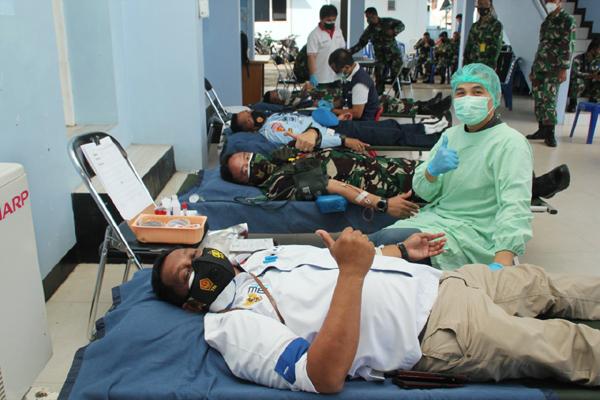>> Danlanudsri bersama jajaran mendonorkan darah.