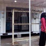 >> Dirut RSUD Datoe Binangkang saat memantau alat produksi pengisian oksigen.