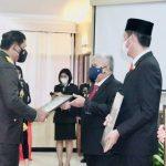 >> Wakil Bupati Bolmut ketika menerima penghargaan dari Kapolda Sulut, Kamis kemarin.