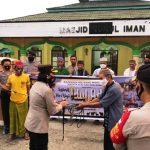 >> Kapolres Bolmong saat menyerahkan hewan kurban kepada pengurus mesjid Nurul Iman, Desa Toruakat.
