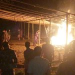 >> Aparat membongkar dan membakar sejumlah material yang ada di lokasi sabung ayam.