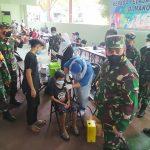>> Pangdam turut menyaksikan seorang remaja divaksin di Kodim Manado.