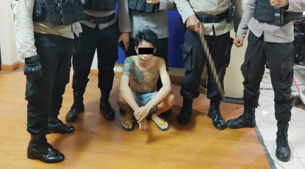 >> Tersangka bersama barang bukti dibawa ke Polresta Manado.