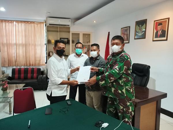 >> Penyerahan surat pengunduran diri oleh Hengky Kawalo kepada Ketua Harian KONI Sulut didampingi Sekum Tony Kullit dan Bendum, Alvin Taulu.