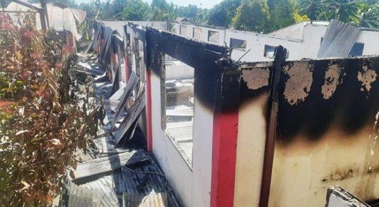 >> Salah satu bagian bangunan SMPN 1 Motoling yang diamuk api, Minggu malam.