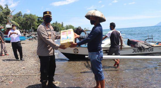 >> Seorang nelayan menerima sembako dari Wakapolda.