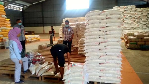 >> Stok beras bantuan PPKM di Gudang Bulog SulutGo, Kota Bitung.