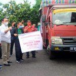 >> Truk pengangkut bantuan beras PPKM 2021 diberangkatkan dari Gudang Bulog SulutGo ke sejumlah wilayah di Bitung, Minggu (18/7).