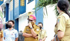 >> Walikota Bitung Maurits Mantiri mengecek kesiapan rumah sakit darurat khusus pasien Covid-19. Rumah sakit ini bertempat di Rusunawa Sagerat, Kecamatan Matuari.(ist)