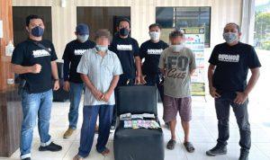 >> Pelaku bersama dengan barang bukti saat diamankan di Mapolresta Manado.