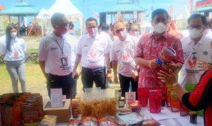 >> Wagub Sulut (kemeja merah) mengunjungi salah satu stand UMKM pada peringatan Hari UMKM Nasional ke 6, di Taman Godbless Manado, Kamis (12/8).
