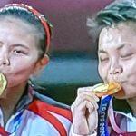 >> Greysia Polii dan Apriyani Rahayu usai mempersembahkan medali emas bagi Kontingen Indonesia di Olimpiade Tokyo.
