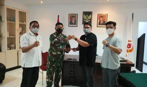 >> Ketua Umum KONI Manado, Rio Dondokambey saat menyerahkan berkas hasil Musorkot kepada Ketua Harian KONI Sulut.