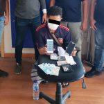 Pelaku bersama dengan barang bukti saat diamankan di Mapolresta Manado.