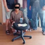 Pelaku bersama dengan barang bukti saat diamankn Tim Paniki Rimbas lll Polresta Manado.