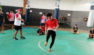 >> Pelatih Pencak Silat, Ventje Encho Simbar saat mengamati salah satu atlet yang berlatih.