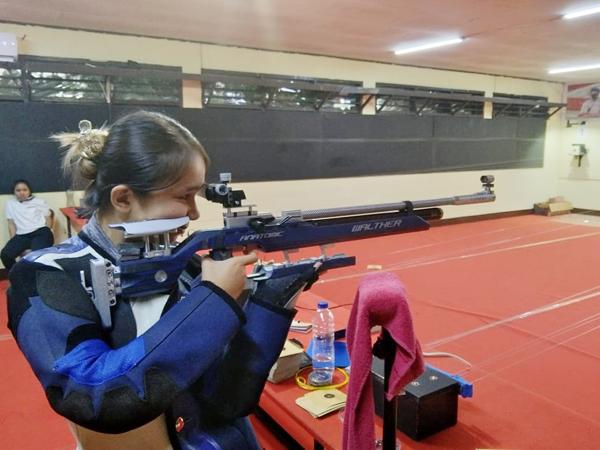 Salah satu atlet Cabor Menembak Sulut, Fransisca Siagian saat berlatih dengan menggunakan senjata yang baru.