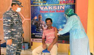 Seorang warga menjalani vaksinasi di Sangihe, waktu lalu.