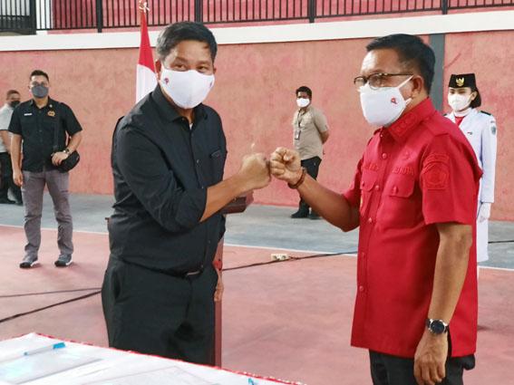 Ketua Umum KONI Sulut, Drs Steven Kandouw melakukan tos bersama Ketua Umum KONI Bitung, Ir Maurits Mantiri MM usai tanda tangan naskah pelantikan.