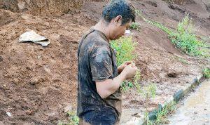 Korban usai diangkat dari timbunan tanah.