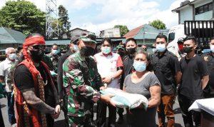Seorang warga menerima beras dari Danrem.