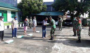 Suasana penyerahan bantuan kepada warga.